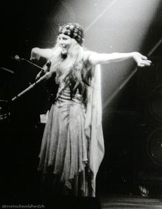 Stevie Nicks, Fleetwood Mac- one of my favorite outfits! Members Of Fleetwood Mac, Tune Music, Stevie Nicks Fleetwood Mac, Sweet Soul, Female Singers, Gypsy Style, Girl Crushes, Rock And Roll, Hollywood