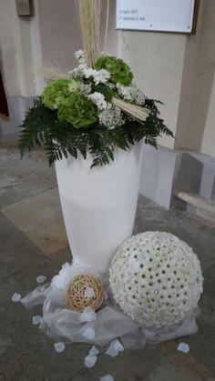 Bianco e verde.........eleganza My Flower, Flower Power, Wedding Favors, Wedding Decorations, Ikebana, Dried Flowers, Creative Design, Wedding Flowers, Floral Design