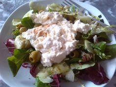 Gemischter Salat mit Oliven und geschmolzenem Feta