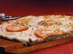Receita de Pizza de mussarela - ... Massa, 500 g de farinha de trigo, 1 cálice de azeite de oliva, 1 colher (sopa) rasa de sal, 3 colheres (sopa) de nutrilon arroz, 1 envelope de fermento para pizza, 2 xícaras (chá) de água morna, queijo mussarela e orégano a gost, Molho, 1 ½ xícara (chá) de molho de tomate, 1 cebola pequena ralada, 2 colheres (sopa) de margarina