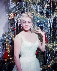 1955: Lana Turner poses with a tinseled tree Vintage Hollywood, Hollywood Glamour, Hollywood Stars, Classic Hollywood, Hollywood Actresses, Vintage Christmas Photos, Christmas Pictures, Vintage Holiday, Christmas Trees