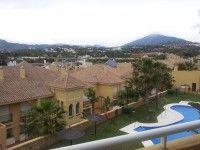 Nos parece super interesante esta casa adosada de ocasión en la Urbanización Cancela de la Quinta. Dos plantas, garaje para dos coches, piscina y jardines comunitarios...