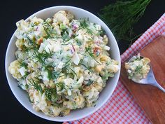 Zawartość miskina zdjęciu wygląda jak ziemniaczana sałatka z morzem majonezu. Nic bardziej mylnego! Zamiast ziemniaków - jej podstawą jest pieczony młody kalafior. Majonez został zastąpiony jogurtem greckim z całą masą…
