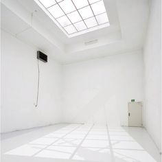 Great Studio Space: Bright, White, and Spacious.