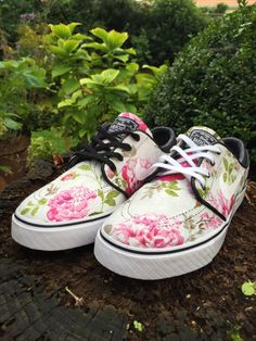 Nike Free Shoes, Nike Shoes, Sneakers Nike, Floral Nikes, Nike Sb Janoski, Stefan Janoski, Nike Free Runs, Cheap Shoes, Custom Shoes