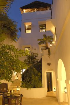 Lamu Palm House is perfectly located within the village. Step from the house to wander through the tangle of narrow sandy lanes, tall stone houses, mosques, and market stalls that make up Shela, a sleepy village whose inhabitants include gentle donkeys, weathered fishermen, the occasional beach boy and a handful of visitors.