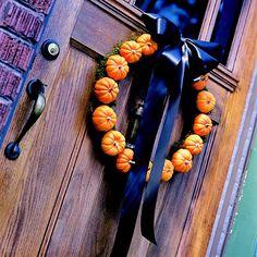 herbst und halloween dekorationen türkranz schleife moos