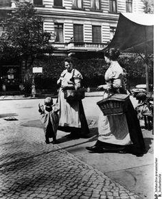 1900 Berlin Charlottenburg, Dienstmädchen auf dem Friedrich-Karl-Platz, fotografiert von Heinrich Zille