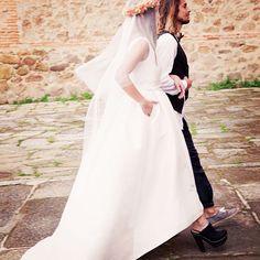White Tarte con bolsillos #momentoswhitegatache #whitegatache #hautecouture #altacostura #shoping #atelier #whitetarte #velosnovias #conbolsillos #noviasdiferentes #wedding #weddingdress #weddinglove #velos #novias