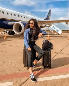 Veja mais no site Plane Photography, Couple Photography Poses, Tumblr Photography, Cute Rainy Day Outfits, Cute Sporty Outfits, Travel Pose, Airport Photos, Insta Photo Ideas, Foto Pose