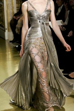 Zuhair Murad, a Lebanese designer ---- Wedding dress design idea. Beautiful Gowns, Beautiful Outfits, Gorgeous Dress, Runway Fashion, High Fashion, Fashion Glamour, Gold Fashion, Mode Glamour, Color Plata