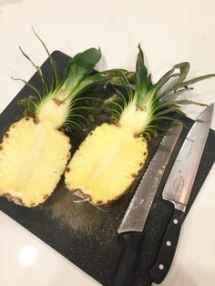 How to Cut a Pineapple into a Fruit Bowl - Obst Fotografie Veggie Tray, Vegetable Dishes, Pineapple Bowl, Fruit Appetizers, Tropical Appetizers, Fruit Dishes, Fruit Trays, Fruit Decorations, Fruit Displays