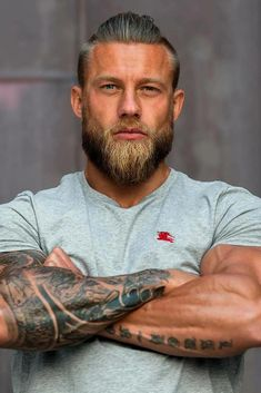The perfect combination of class and style is the Viking beard. The Viking beard consists of many styles. The Viking beard gives an intimidating look. Viking beard does not just showcase a beard, but it portrays strength. Viking Beard Styles, Beard Styles For Men, Hair And Beard Styles, Hair Styles, Viking Haircut, Haircut Men, Hot Guys, Poses References, Beard Tattoo
