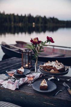 Moon Picnic in Sweden at the Lake - & a delicious Rhubarb-Li.- Moon Picnic in Sweden at the Lake – & a delicious Rhubarb-Lingonberry-Cake with Meringue Moon Picnic in Sweden w/ GF lignonberry cake recipe - Picnic Date, Beach Picnic, Summer Picnic, Picnic Dinner, Romantic Picnics, Romantic Dinners, Dream Dates, Meringue Cake, Meringue Food