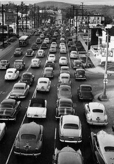 Los Angeles, 1950 (looks same except style of cars in traffic jam! Gray Aesthetic, Black Aesthetic Wallpaper, Black And White Aesthetic, Spring Aesthetic, Black And White Picture Wall, Black And White Pictures, Summer Family Pictures, Photo Wall Collage, Vintage Photography