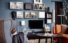 Skjul dit tv ved at hænge kvadratiske opbevaringsløsninger omkring det. Disse kan monteres og kombineres præcis, som du vil.