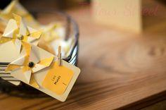 escort card moulin à vent origami jaune pinwheel  tifleurstreet.com