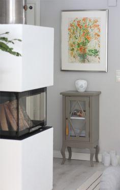 Pieni vitriinikaappi vahattuna savenharmaaksi. Decor, Furniture, Table, Home Decor, Nightstand