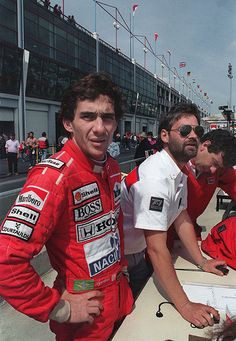 Ayrton Senna on the McLaren pit wall. Indy Car Racing, Indy Cars, Samba, Nascar, San Marino Grand Prix, Ferrari 2017, Formula 1 Car, F1 Drivers, Car And Driver