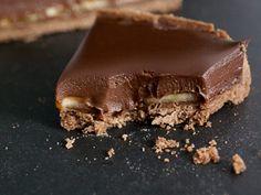 Recette facile de tarte chocolat banane: une pâte sucrée au chocolat, recouverte de bananes et d'une onctueuse ganache au chocolat. De la pure gourmandise!