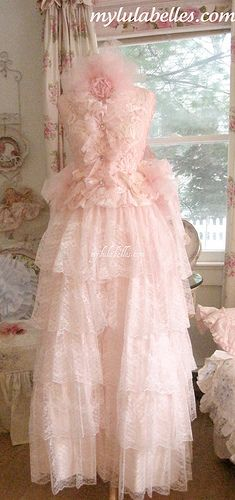 Marie Antoinette Dress Form, this is absolutely gorgeous and so pink.