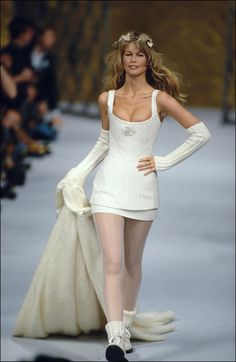 Top fétiche de Karl Lagerfeld dans les Nineties, Claudia Schiffer clôturait immanquablement les défilés Chanel en robe de mariée. Une bride-to-be aux allures de madone blonde platine, qui incarnait mieux que quiconque le glamour made in Cambon. Revues en images de ces douze passages au cours de cette décennie.