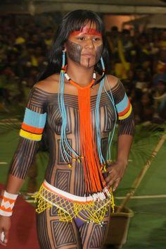 "A contaminação da cultura indígena com a ""idéia de beleza"" dos brancos: Brazil Tribal People, Tribal Women, Native American Women, Native American Indians, Ta Moko Tattoo, Costume Ethnique, Xingu, Beautiful People, Beautiful Women"