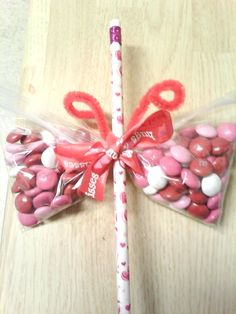 A butterfly candy snack bag valentines day ideas. Valentines Goodie Bags, Valentine Crafts For Kids, Valentines Day Treats, Valentine Gifts, Goody Bags, Valentine Ideas, Ideias Diy, Holidays, Party Favors