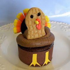 Thanksgiving Cupcakes to Gobble Up {Thanksgiving Food} Your little guests won't want to wait to gobble up these cute Thanksgiving turkey cupcakes. Thanksgiving Cupcakes, Turkey Cupcakes, Thanksgiving Food, Holiday Cupcakes, Thanksgiving Prayer, Pumpkin Cupcakes, Thanksgiving Activities, Thanksgiving Outfit, Fall Food