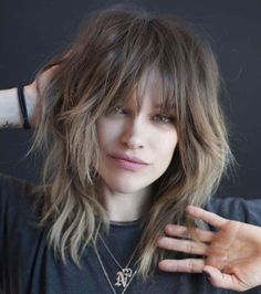 haar pony Mid-Length Shaggy Hairstyle With Bangs Medium Shag Haircuts, Shaggy Haircuts, Shag Hairstyles, Trending Hairstyles, Hairstyles With Bangs, Haircut Medium, Office Hairstyles, Anime Hairstyles, Stylish Hairstyles
