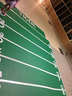 Use bulletin board paper and white duct tape to make football field Dance Decorations, Dance Themes, School Decorations, Classroom Decor Primary, Sports Theme Classroom, Classroom Ideas, Football Homecoming, Homecoming Dance, Homecoming Ideas