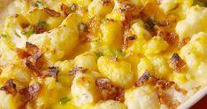 Večeře takřka bez sacharidů? Zkuste tento vynikající zapečený květák se sýrem, slaninou a cibulkou - snadnejidlo Smashed Potatoes Recipe, Baby Potatoes, Potato Recipes, Cheddar Cheese, Cheeseburger Chowder, Cauliflower, Macaroni And Cheese, Delish, Bacon