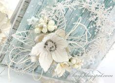 Witajcie :) Na dziś przygotowałam karteczkę z białym śnieżynkowym wiankiem. Wianek ozdobiłam pięknym kwiatem Pretty Flori i liliami z Wild Orchid Crafts, dodałam też kilka gronek owocowych i białe per