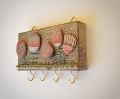 Wall hanging key in recycled wood and painted stones Funny and lovely homeware There are 4 or 3 hooks below the flowers useful for hanging keys,
