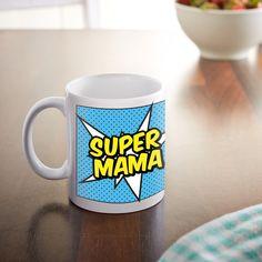 Was eine Superheldin kann, kann eine Mutter erst recht. UnsereComic Tasse für Mütter - Personalisiert mit Namen ist ein schönes Kompliment für alle Mütter, die jeden Tag Heldentaten vollbringen - und der perfekte Becher für einen Start in den Superheldinnentag.