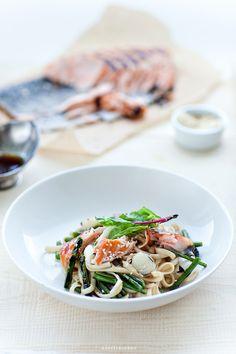 Makaron z grillowanym łososiem i szparagami z listkami młodej botwinki lub szpinaku, z grillowaną dymką, sezamem i dressingiem na bazie sosu sojowego z imbirem i miodem.