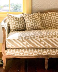 Settee covered in Nuba fabric Traditional Family Rooms, Pencil And Paper, Settee, Papers Co, Curtain Fabric, Home Living Room, Life Is Beautiful, Savannah Chat, Love Seat