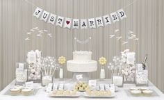 Weiße Candybar mit Girlande – all white candy table with garland backdrop – www.weddingstyle.de