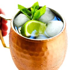 The BEST Moscow Mule recipe, plus tips on purchasing copper mugs and how to customize your cocktails. Easy to make in just a few minutes with ginger beer, lime juice and vodka! | Gimme Some Oven #moscowmule #cocktail #gingerbeer #drinks #vodka