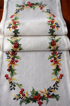 1 million+ Stunning Free Images to Use Anywhere Cross Stitch Christmas Stockings, Christmas Cross, Christmas Diy, Cross Stitch Flowers, Cross Stitch Patterns, Towel Embroidery, Christmas Table Cloth, Free To Use Images, Christmas Embroidery