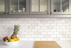 Autocolant perete bucatarie, imitaţie faianţă albă cu detalii gri deschis. Peel And Stick Tile, Stick On Tiles, Mosaic Tiles, Wall Tiles, Brick Tiles, Online Tile Store, Pvc Wall, Grey Furniture, Furniture Decor