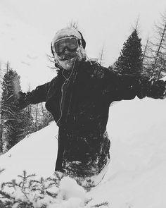 Jeeeeez, today was powder day.. tomorrow even better! ! Still dumping. .. ùuuh, Happy kid 2000% @surfhouseshop  #snobums #snowboarding #surfhouseteam #powder #mayrhofen #mountains #alps #staybadass