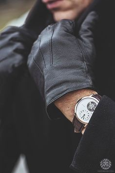 Invest In A Pair Of Stylish Gloves This Fall (Gallery) - Gentleman Lifestyle Sharp Dressed Man, Well Dressed Men, Mens Gloves, Leather Gloves, Motivation Business, Masculine Style, Mens Gear, Gentleman Style, Belle Photo