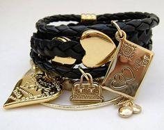 Mix com 7 pulseiras, em couro, couro ecológico, metal e perolas, com penduricalhos diversos. R$ 54,90