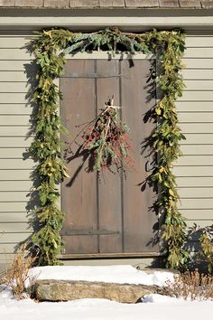 Here, we've compiled our very best Christmas garland ideas, from DIY to store bought. Whether they're homemade or you're arranging something you've had for years, these are best Christmas garland ideas around. White Christmas, Christmas Home, Christmas Holidays, Christmas Crafts, Outdoor Christmas Decorations, Primitive Decorations, Outdoor Decor, Primitive Christmas, Christmas Traditions