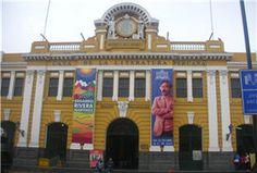 La Literatura Peruana también tiene su Museo en Lima.  Esta vez recorramos las páginas de nuestra historia a través del museo de la Casa de la Literatura Peruana. Una amplia escalera alfombrada donde han pasado miles de personas da la bienvenida a este centenario edificio.