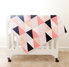 13 Easy Free Baby Quilt Patterns to Sew! Here are some absolutely charming Free Baby Quilt Patterns for Beginners to sew! Baby quilts are the best! They are adorable and come together so quickly. Triangle Quilt Tutorials, Triangle Quilt Pattern, Quilting Tutorials, Triangle Quilts, Geometric Quilt, Hexagon Quilt, Diy Quilt, Patchwork Quilt, How To Quilt