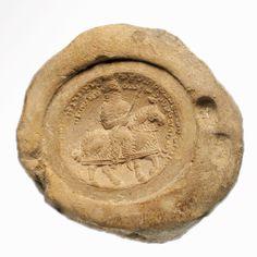 """Selo pessoal em argila contendo a imagem de um catafractário """"General do Sul"""", provavelmente pertencente a um general ou comandante (Arte Sassânida)"""