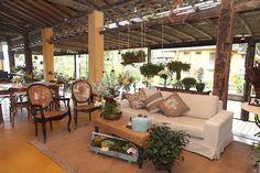 Casamento na praia romântico Pergola, Lounge, Outdoor Structures, Patio, Outdoor Decor, Home Decor, Romantic Beach, Wedding On The Beach, Airport Lounge