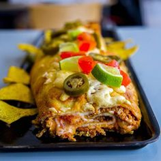 Idag lagade jag och mina elever en riktigt god tacorulle😍 Vi hade massa tacofärs från onsdagens lektion som vi tog tillvara på och gjorde en helt ny rätt av. Det blev supergott! På bilderna kan ni se hur duktiga mina elever är på att samarbeta och hjälpa varandra. Teamwork makes the dream work💪❤ Recept med steg för steg bilder hittar du i länken i min profil➡@zeinaskitchen A Food, Food And Drink, Pita Pizzas, Zeina, Tex Mex, Fajitas, Nachos, Enchiladas, Wok